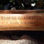 Holzbrunnen mit Beschriftung