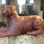 Hundeskulptur aus Holz