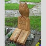 Grabmal geschnitzt mit Eule und Buch