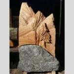 Grabmal aus Holz und Stein geschnitzt